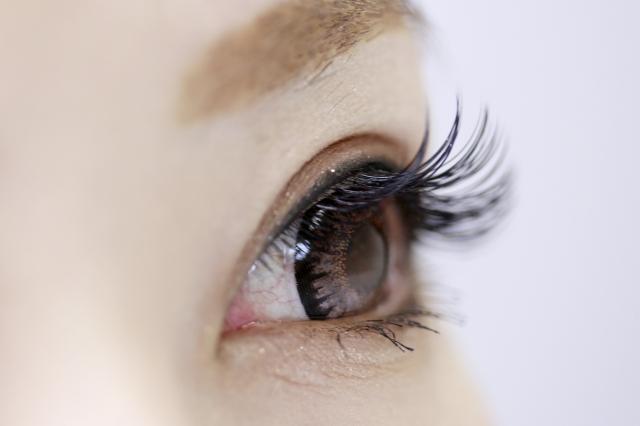 緑内障治療のラタノプロスト点眼薬の副作用で左目だけまつ毛が長い